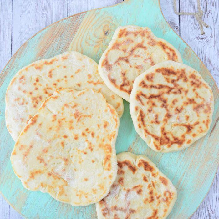 Het zelf maken van Grieks pitabrood is vele malen makkelijker dan je zult denken. Je bakt ze in 4 minuten af in de pan en hebt geen oven nodig.