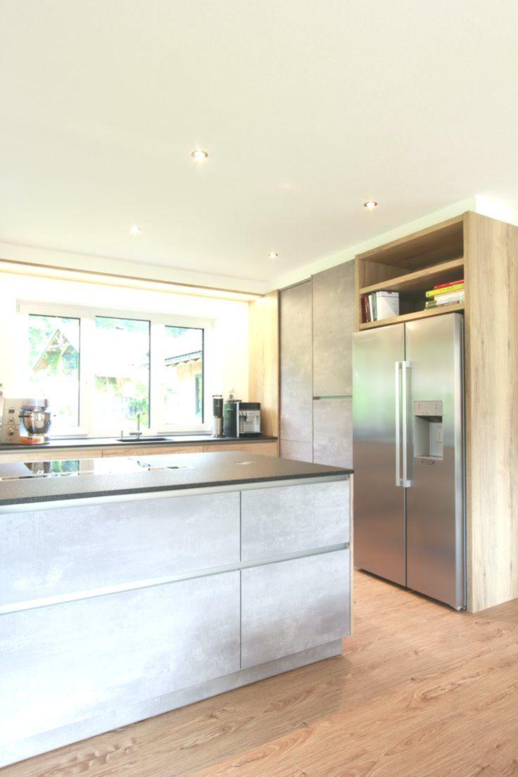Küche in Beton-Optik mit freistehendem amerikanischem Kühlschrank