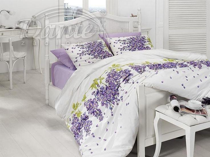 Romantické, bílé povlečení s velkými květy fialové vistárie.     Povlečení na peřinu je vzorováno z obou stran stejně. Polštář je z jedné strany zdoben květy, na druhé straně je jen pár okvětních lístků na bílém podkladu.     Zapínání je na zip.     Materiál: 100% hladká bavlna.
