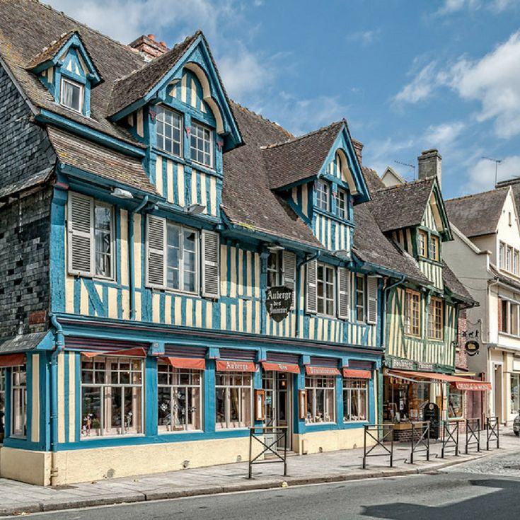 Kleurrijke vakwerkhuizen in Pont-l'Évêque, Normandië, Frankrijk