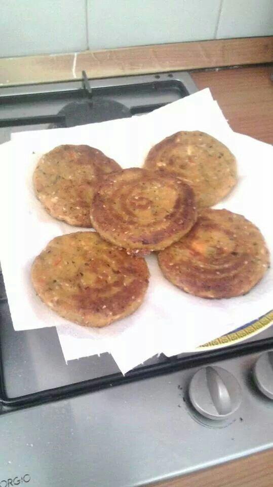 BURGER DI SOIA : 100 GR di fagioli di soia / 100 gr di tofu al naturale/ 1 carota/1 zucchina /1 peperone/1cipolla/1 spicchio d'aglio/fecola di parate q.b /farina di mais q.b./timo/semi di sesamo/olio, sale e pepe. Mettere a bagno i fagioli di soia per 12 ore e dopo bollirli per circa 40 minuti. Nel mentre cuocere tutte le verdure in padella con un filo di olio. Unire i fagioli,le verdure,il tofu ,il timo e i semi di sesamo, aggiustare di sale e pepe e passare tutto al mixer.aggiungere al…