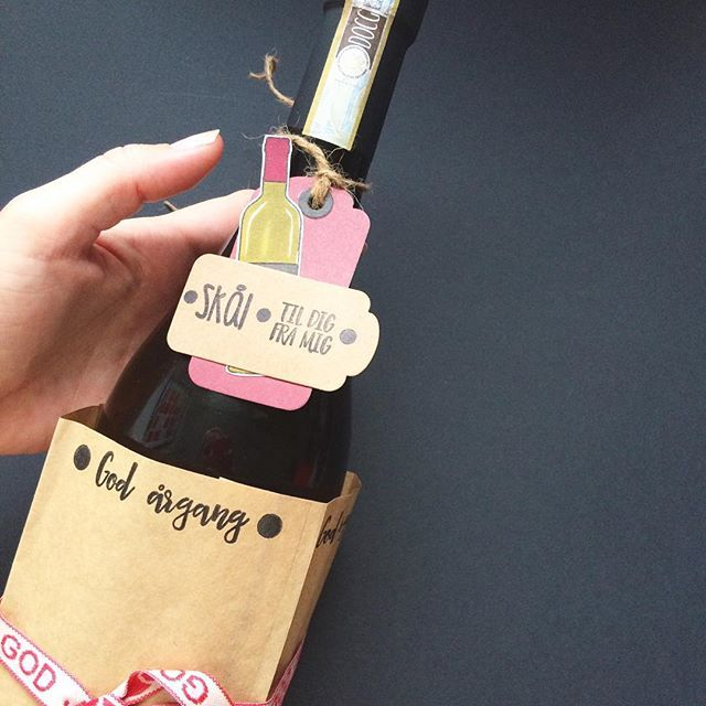 threescoopsdk - håndlavet - papirdesign - clear stamps - værtinde gave - værtsgave - vin - tags