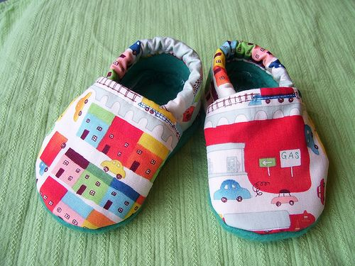 Easy to make baby slippers. http://homeketeers.com/wp-content/uploads/2012/01/babybooties.jpg