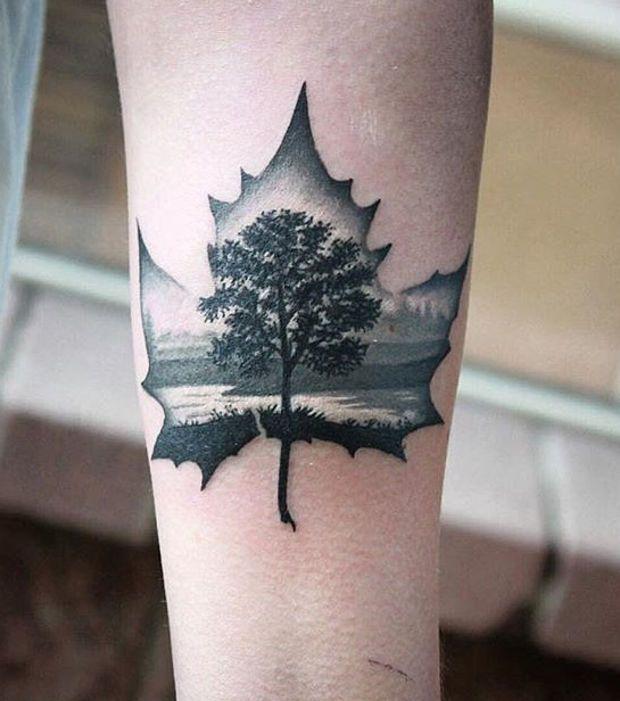 Une feuille d'érable tatouée dans le creux du bras