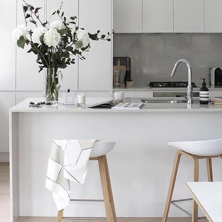 Styling perfection via @thedesignchaser | those bar stools though 😍 #silla_home #interiorinspo #scandinaviandesign #furniture #barstools #stools #interiorinspo #inspiration #scandi #whiteliving