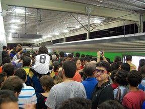 Torcedores enfrentam tumulto na estação de metrô da Arena PE Com ônibus insuficientes para levar torcida até estádio, houve confusão.  Torcedores foram orientados a voltar ao trem e ir até outra estação. 16/06/2013 18h53 - Atualizado em 16/06/2013 18h53