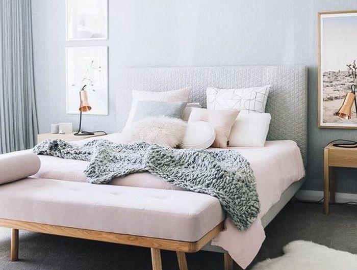 couleur mur gris clair, lit, rideaux et tapis gris, parure de lit gris, rose et blanc, bout de lit en bois, coussin rose, mur decoré, peinture chambre adulte