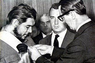 Jânio Quadros condecora Ernesto Che Guevara com a Ordem Nacional do Cruzeiro do Sul, a mais alta condecoração do Brasil