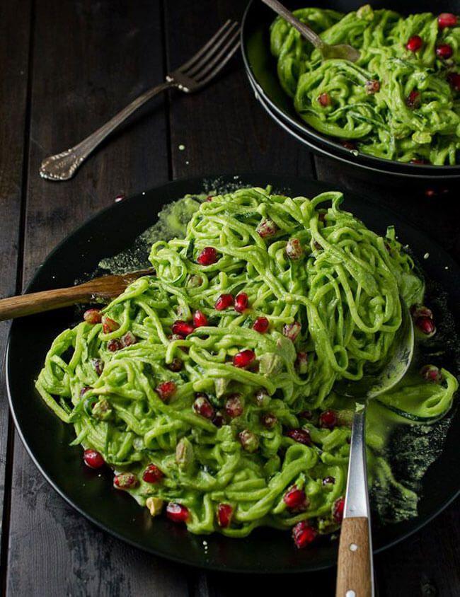 Экология потребления: Начнем с того, что этот простой салат из кабачков цуккини дико полезен. Кабачки, нарезанные в форме лапши, остаются практически сырыми, что позволяет сохранить все витамины и полезные вещества, а пряный соус, в котором сочетается сразу несколько полезных ингредиентов