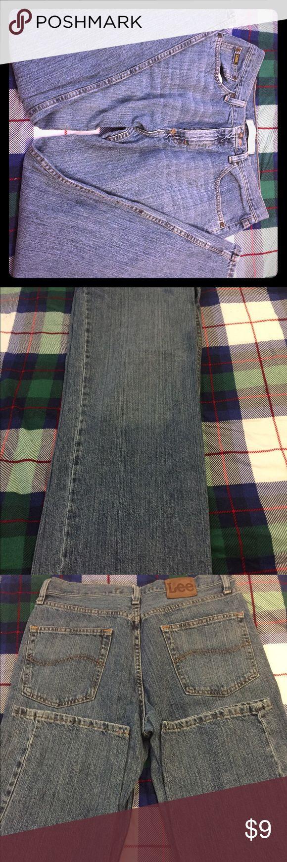 Men's Lee Jeans 33x30 medium wash Rlx/str. Leg Relaxed, straight leg men's Lee Jeans 33x30 medium wash. Excellent condition! Lee Jeans Straight Leg
