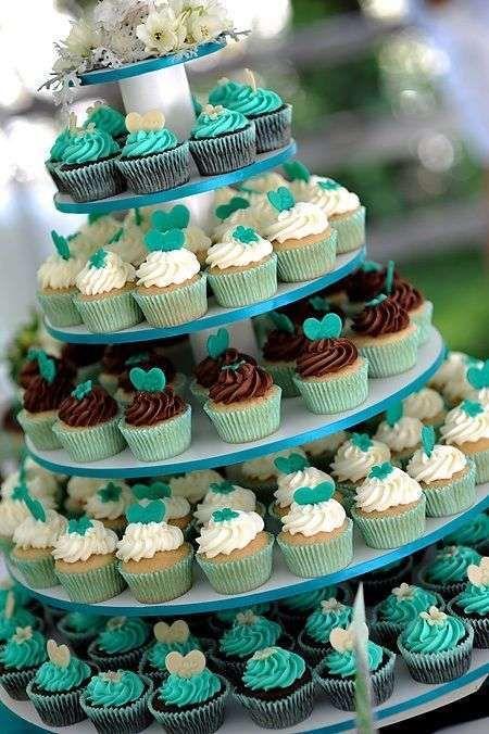 Decoración de bodas en marrón y turquesa: fotos ideas - Impresionante torre de cupcakes para tu boda en marrón y azul turquesa
