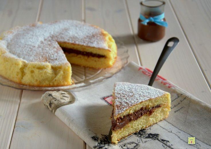 La torta versata alla nutella, o crema di nocciole di vostro gusto anche fatta in casa, è una golosissima torta morbida già farcita in cottura che conquista