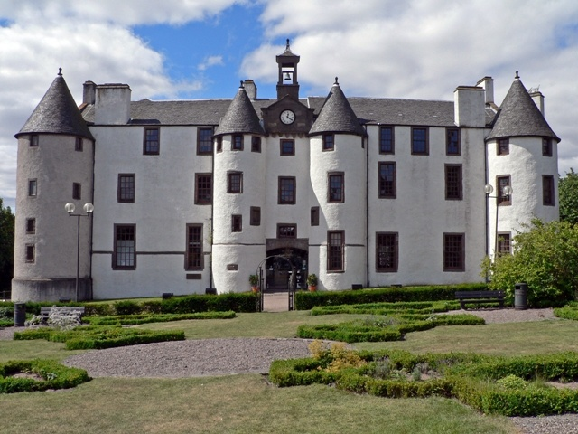 File:Dudhope Castle facade.JPG