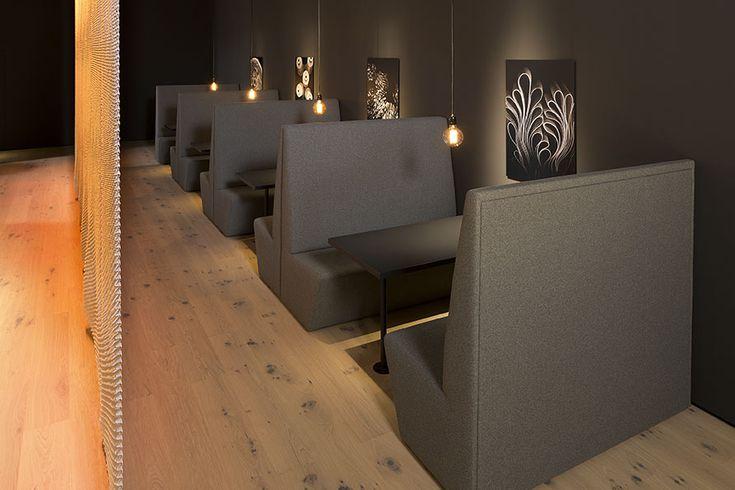 Gäste können sich in der Bistro Box auf dem Messestand erholen. Dank der auf Kundenwunsch erstellten Polsterbank  in entspannter Atmosphäre.