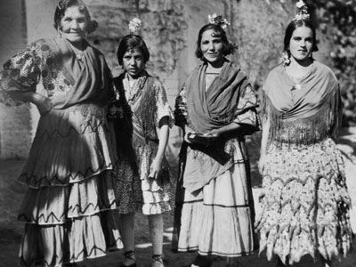 Gitano women, gypsies from southern Spain, photographed around 1930.