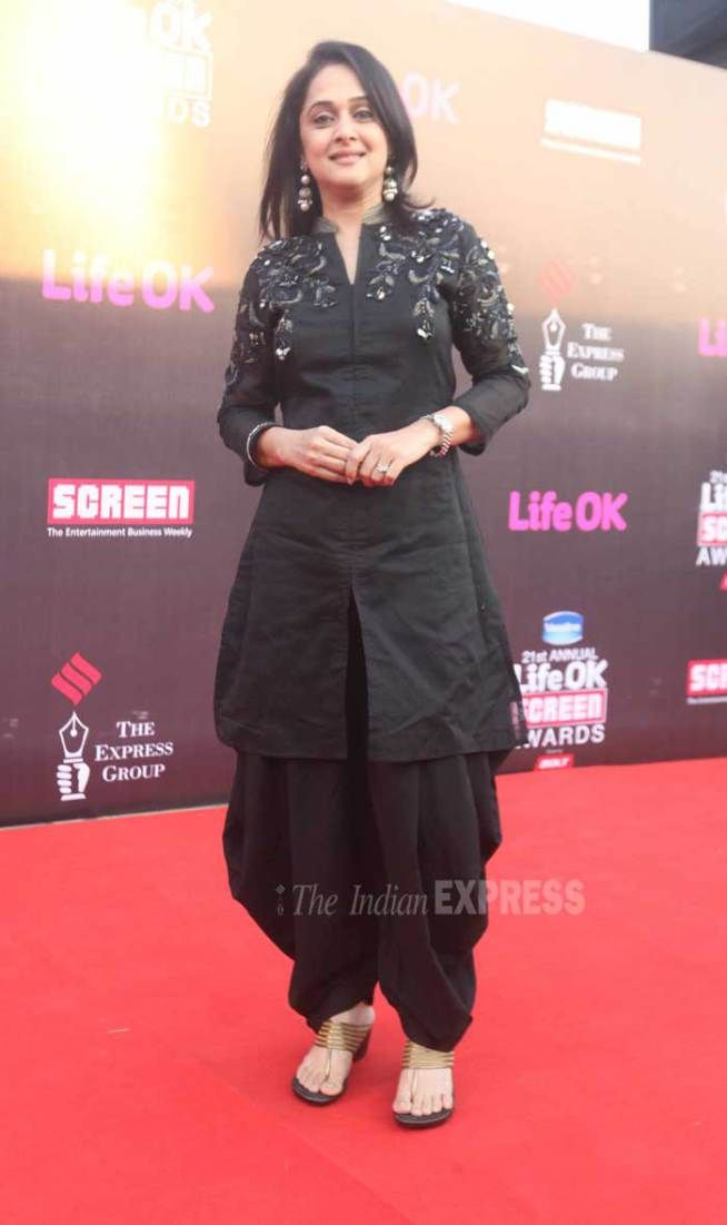 Mrinal Kulkarni chose to wear a black salwar suit on the red carpet at the Life Ok Screen Awards 2015. #Bollywood #Fashion #Style #Beauty