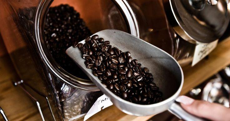 Cómo solucionar problemas en una cafetera Saeco. Saeco produce una variedad de cafeteras que pueden hacer café y espresso. Varias de estas máquinas tienen la capacidad de pre-programar funciones como un ciclo de limpieza de la cafetera, ciclo de molido de granos de café, ciclo para quitar el sarro y configuración de la dureza del agua. La cafetera puede preparar los granos de café ...