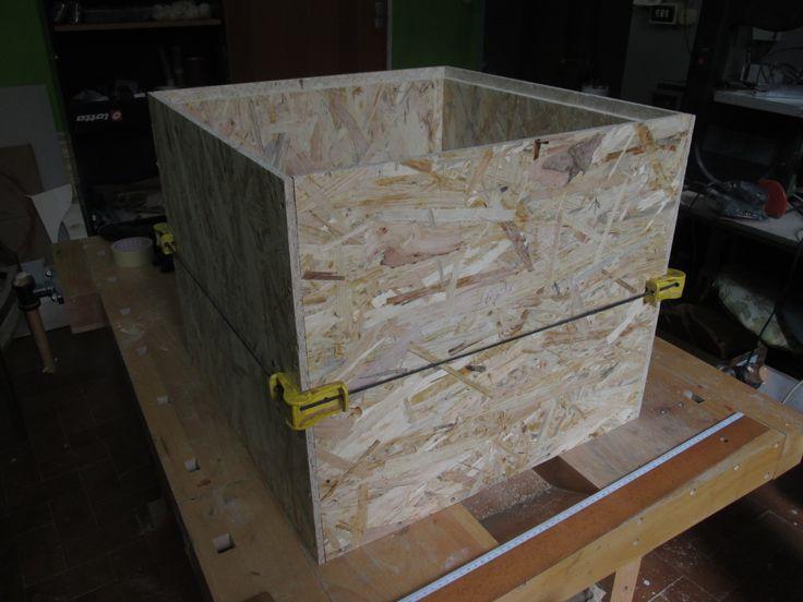 Cubo seduta/contenitore in legno OSB: messa in ortogonale delle pareti laterali