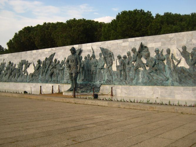 Çanakkale Şehitleri Anıtı, Çanakkale il sınırları içindeki Gelibolu Yarımadası'nda, Çanakkale Boğazı'nın ucunda Morto Koyu önündeki Hisarlık Tepe üzerinde yer alan anıt. 1915 yılında I. Dünya Savaşı sırasında Çanakkale Savaşları'nda hayatını kaybeden 253.000 Türk askerin anısına yaptırıldı. Feridun Kip, İsmail Utkular ve Doğan Erginbaş tarafından tasarlanmıştır.