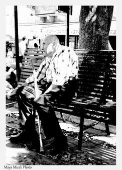 Un uomo stanco, siede all'ombra in una giornata calda di agosto. Si guarda intorno riflettendo sulla vita #ijf12 http://bit.ly/xKDi7G