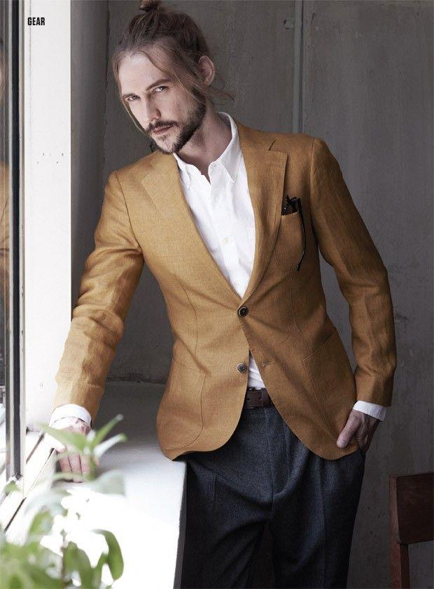 tom terroso com toque dourado ficou maganific a camisa marcou o terno- cores neutra destaca outros.