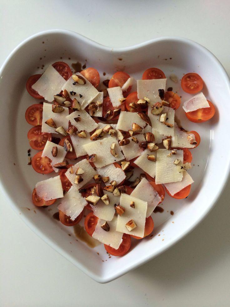 Tomatsalat m. lidt ristede mandler, parmesan og minimalt af balsamico