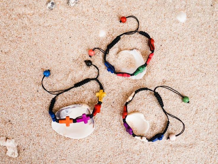 Pulseras de cruces de piedra de colores. nudo marinero para cierre ajustable y bolitas de colores en los extremos.