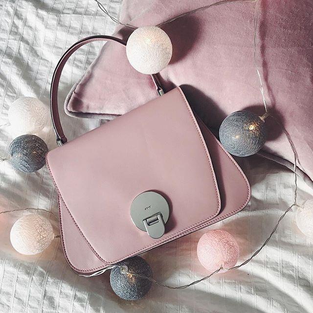 """Für allevon uns, die dochab und an gerne """"Mädchen"""" sind, hat @abro_official ein echtes Must-Have parat: 'Mustang # 6'#girlsgirlsgirls #meinelieblingstasche Pssst: Den Liebling gibts auch noch in anderen Farben bei uns im Shop! ▶️ Link in Bio.  _____________________________ #klassestattmasse #fashioninspo #fashionlover #bags #details #handtasche #rosa #flatlay #tasche #abro"""