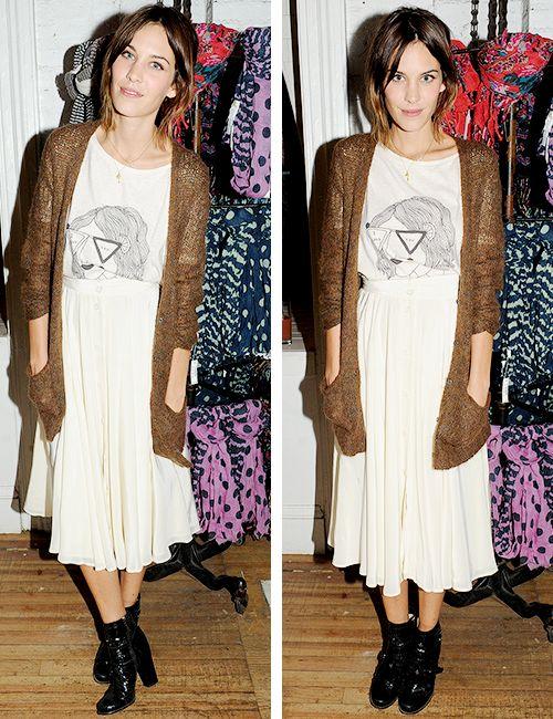 Meio vovózinha com cardigan e midi, mas moderna com camiseta e bota