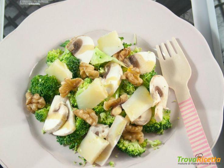 Insalata di champignon crudi, broccolo, noci e formaggio di capra #ricette #food #recipes