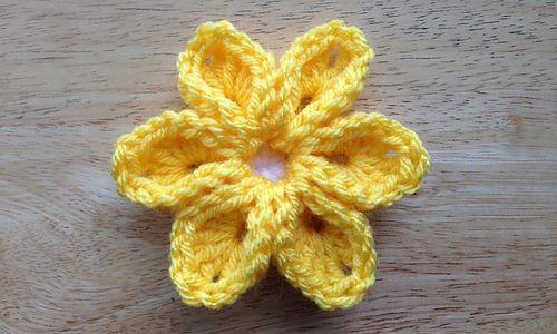Crochet 6 Petal Flower. Free pattern. ༺✿ƬⱤღ  http://www.pinterest.com/teretegui/✿༻