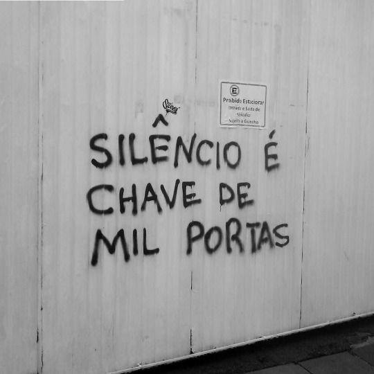SEMPRE. !!!! O silêncio te obriga a refletir Te dá a chance de refazer tudo. Uma palavra mau dita, causa danos irreparáveis.
