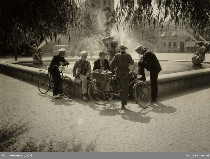 Unga män med cyklar vid Milles fontän, 1932. Sommar. Halmstad. Foto: C.G. Rosenberg
