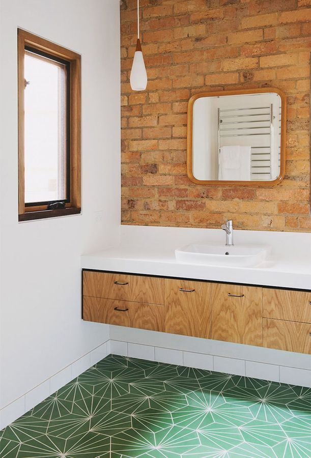 Ladrillo y madera en baño #Trends2017 #hogarhabitissimo