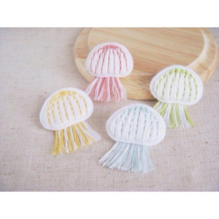 夏にぴったりなくらげのブローチも久々に販売再開しております! . ひんやりと涼しい水族館でぼんやりくらげの水槽眺めたい気分です . #刺繍 #ハンドメイド #アクセサリー #ブローチ #くらげ #brooch #embroidery #handmaid #jellyfish #accessory #minne #pinkoi #iichi