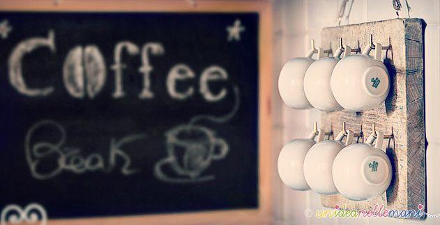 appendi tazzine da caffè con un vecchio tagliere