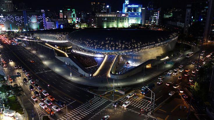 Le Dongdaemun Design Plaza à Séoul, en Corée du Sud, a été inauguré en 2014. Là encore, il présente une apparencenéofuturiste très ambitieuse avec un toit végétalisé sur lequel on peut se promener. C'est à la foisun temple du design, un centre de congrès et un pôle de divertissement. Il a été présenté comme le plus gros édifice as...