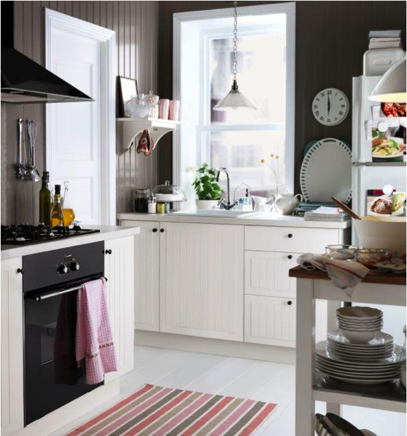 Véritable vent de fraîcheur dans la cuisine, les armoires STÅT blanches!