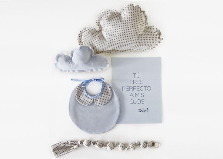 Regalos bebé. Nubes cojín, babero con cuello bebé, chupetero y lámina bordada. www.reinadereyes.es
