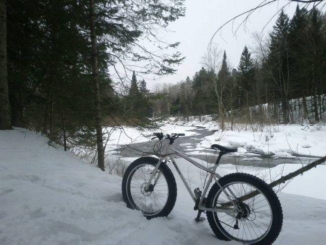Le vélo sur neige, connu par les amateurs sous le terme Fatbike, est pratiqué depuis le début des années 2000 et a récemment fait son apparition sur les écrans radar des amateurs de vélo de montagne.