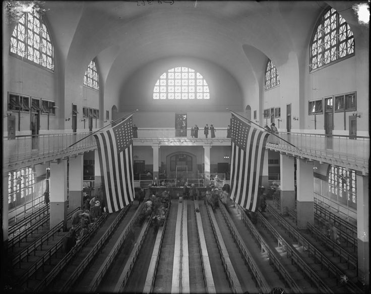 The Great Hall on Ellis Island in a photograph from between 1900 and 1915.© Library of Congress