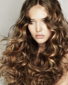 Cut long curly hair woman Summer 2012. You can learn more here: http://www.taglicapelli.org/tagli-capelli-lunghi/taglio-lungo-capelli-ricci-donna-estate-2012
