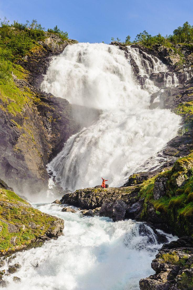 Al lado de los fiordos noruegos podrás encontrar multitud de cascadas espectaculares, como la de Kjosfossen, que se encuentra en el recorrido del tren de Flam.