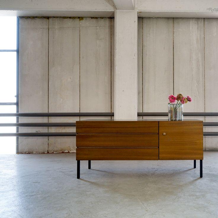 Durch ihre drei grifflosen Schubladen und das offene Fach mit separater Tür sind die Möbel als Stauraum vielseitig einsetzbar, ob als Kommode im Schlaf- oder auch als Stauraum im Bürobereich. Sie ziehen durch ihr sehr schlichtes, prägnantes aber überaus modern wirkendes Design alle Blicke auf sich.