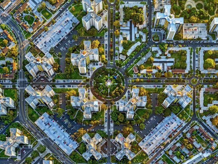 Los Angeles, Park La Brea   Si chiama LaNy la serie fotografica di Jeffrey Milstein specializzato in scatti aerei delle più grandi città del mondo. Questa volta a bordo di un elicottero Milstein ha sorvolato New York e Los Angeles immortalando la geometria e l'architettura di edifici, parchi, interi quartieri.
