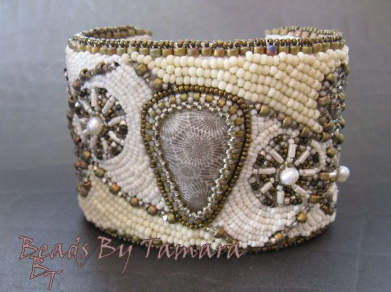 Brazalete bordado del grano con el taxi de Coral fosilizado, colores neutros de perlas de agua dulce, rocallas japonesas,