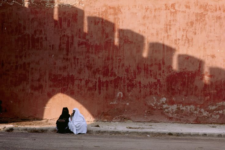 Essaouira, Morocco. 1987. © Bruno Barbey/Magnum Photos #bunt #farbenfroh #80er #Marokko #Maghreb #Afrika #Schatten #Licht #orange #Schattenspiel