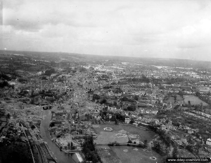 Saint-Lô, 28 juillet 1944 : vue aérienne de la ville de Saint-Lô,