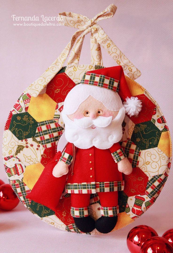 Papai Noel em Feltro em Guirlanda de Natal com Técnica de Patchwork: você pode baixar o PAP desta peça gratuitamente no site: www.boutiquedofeltro.com, seja bem vindo!