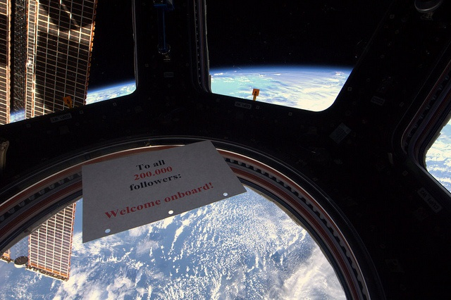 200.000. Mooi dat er via Twitter zoveel mensen meevliegen. Zie het ISS ook live via esa.nl, heavens-above.com en @twisst by André Kuipers, via Flickr